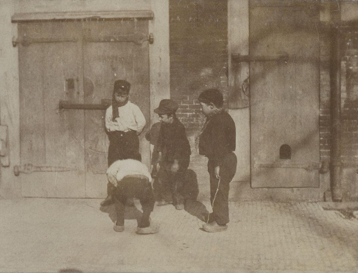foto: G.H. Breitner, Collectie Stadsarchief Amsterdam - Spelende kinderen, circa 1900