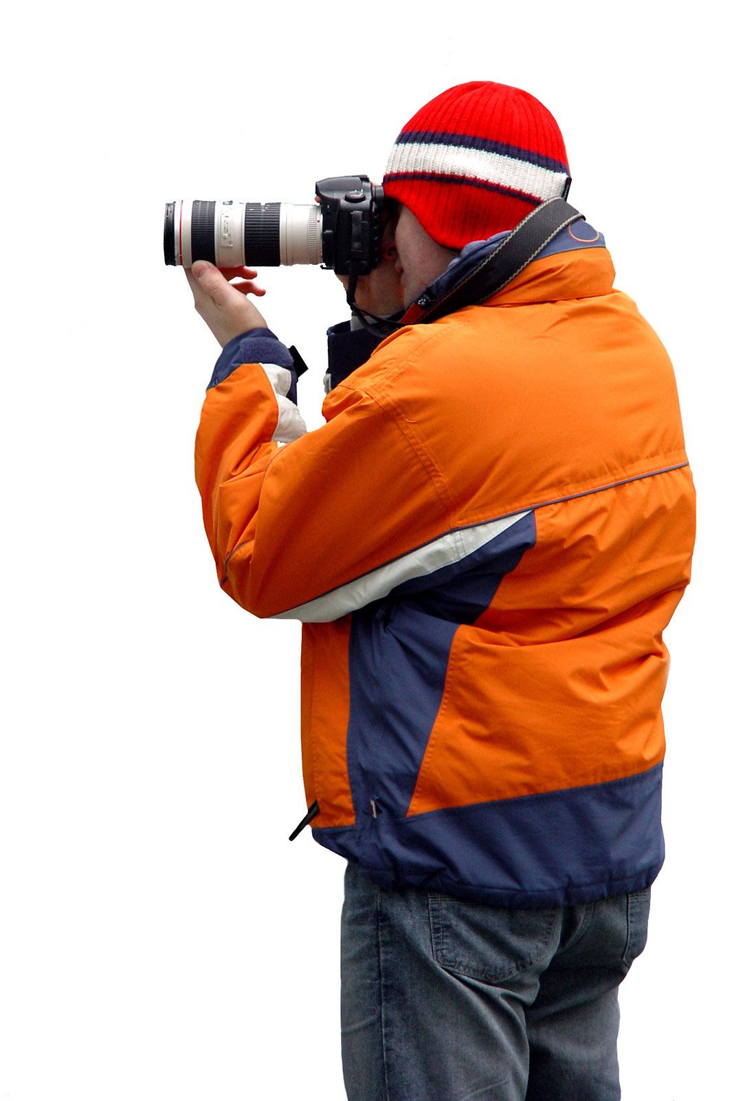 foto van man die foto maakt met grote lens op camera