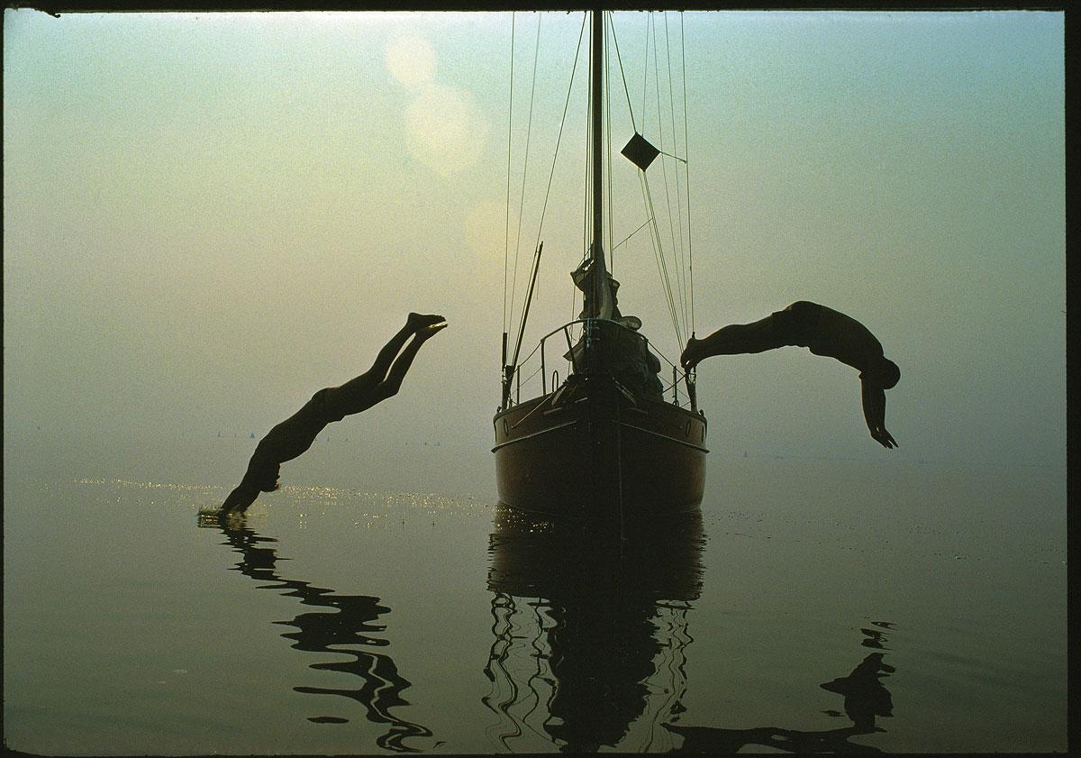foto van Peter van der Velde/MAI | Duiken vanaf zeilboot in IJsselmeer, 1976
