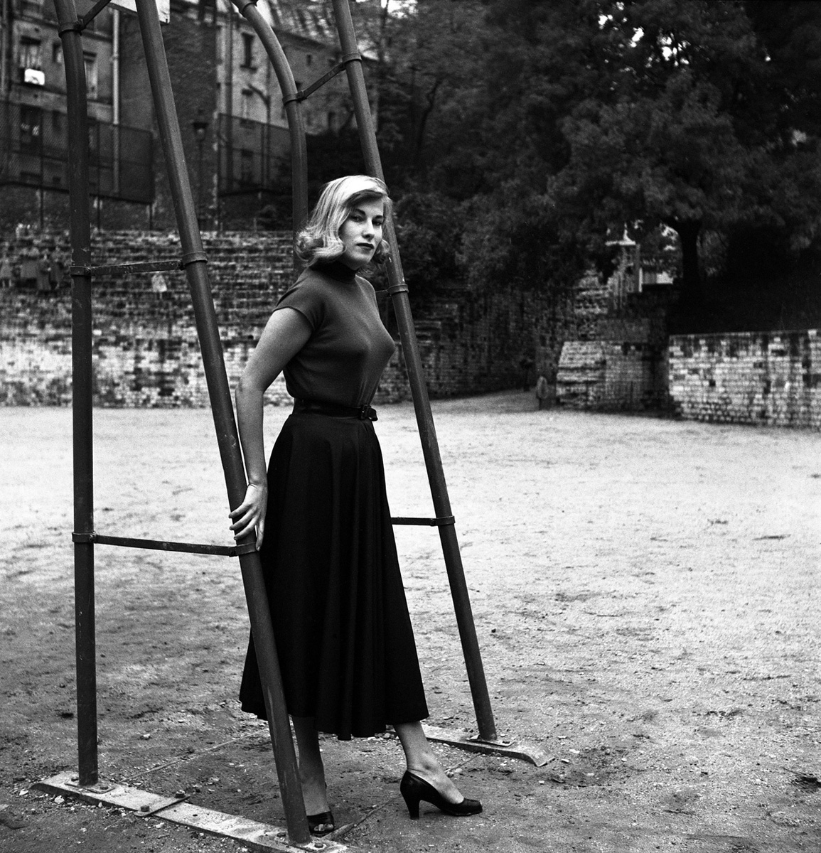 foto: Henny Riemens/MAI | Elly Overzier (eerste vrouw Hugo Claus) in Parijs bij speeltuinrek