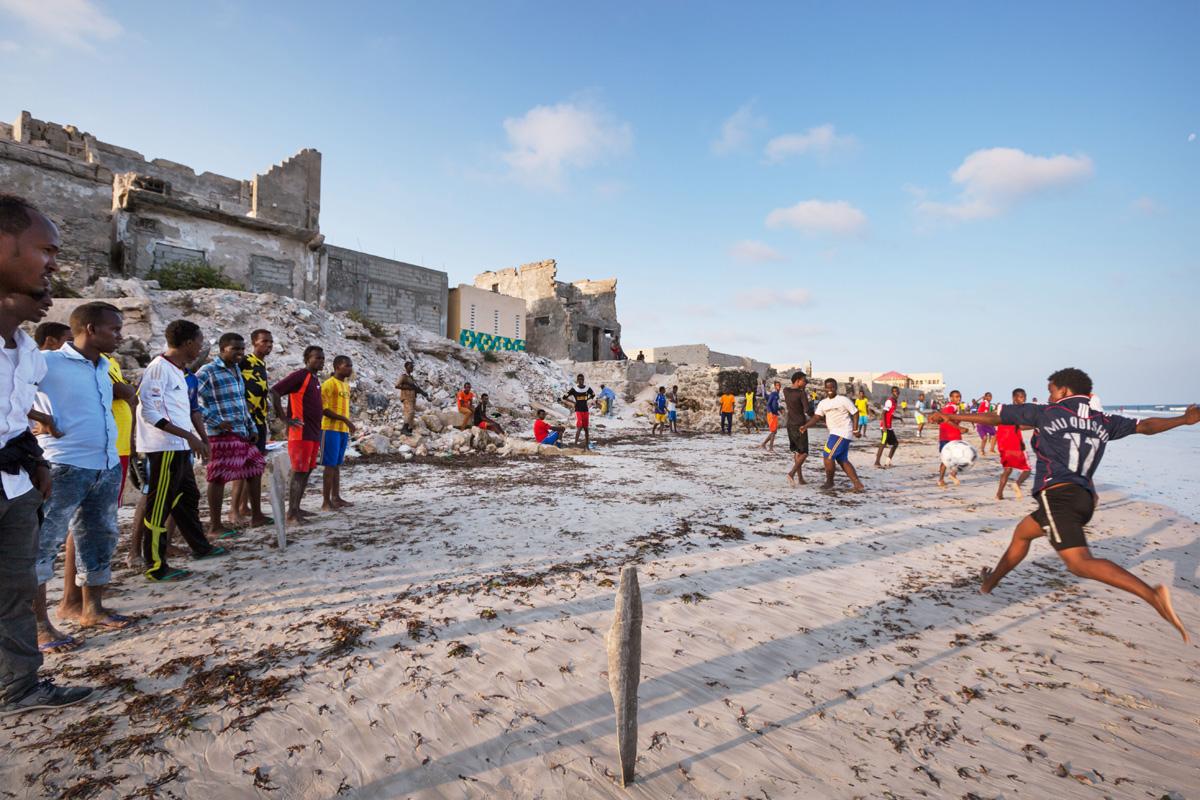 Somalie, Mogadishu, april 2015. Na jaren onder de heerschappij van Al-Shabaab geweest te zijn is het strand van Mogadishu weer te bezoeken voor de bewoners van deze verwoeste stad, foto van Jeroen Swolfs