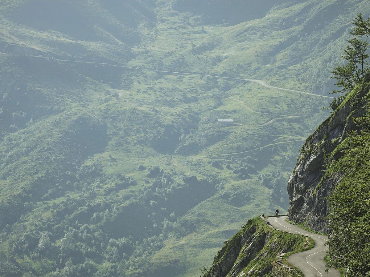 foto: © Michael Blannp. 91 Col d'Aubisque uit hert boek COLS