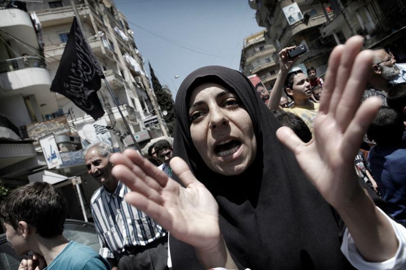 foto van Marielle van Uitert van vrouw in Libanon met handen wanhopig in een drukke straat