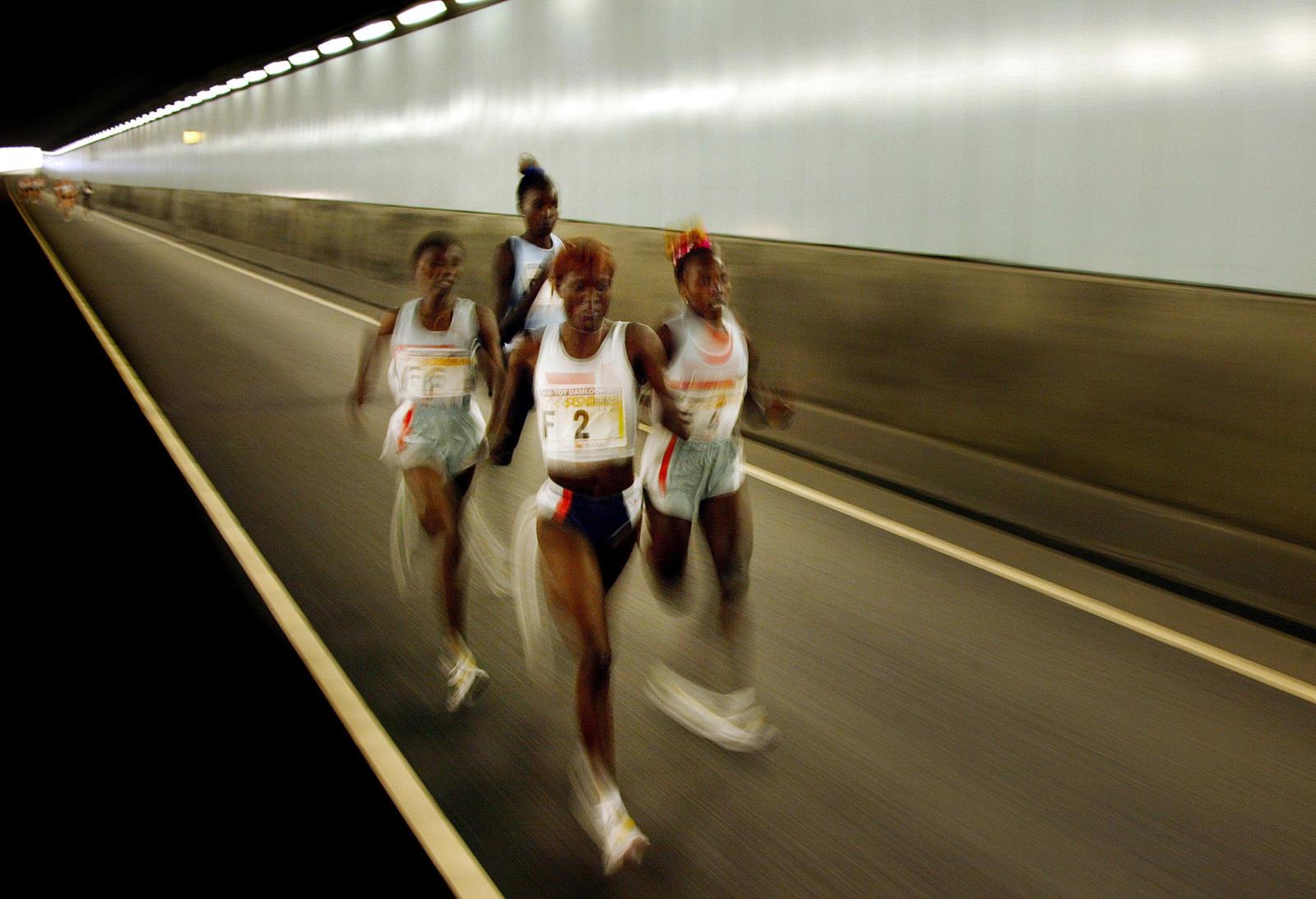 foto: © Bastiaan Heus - Dam tot Damloop, vier dames rennend door tunnel