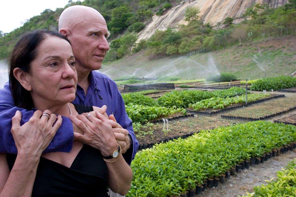 foto van Sebastião Salgado en zijn vrouw in Salgados' Instituto Terra (een natuurreservaat in een klein heropgebouwd gedeelte van het Brazilian Atlantic Rainforest in de Rio Doce vallei)