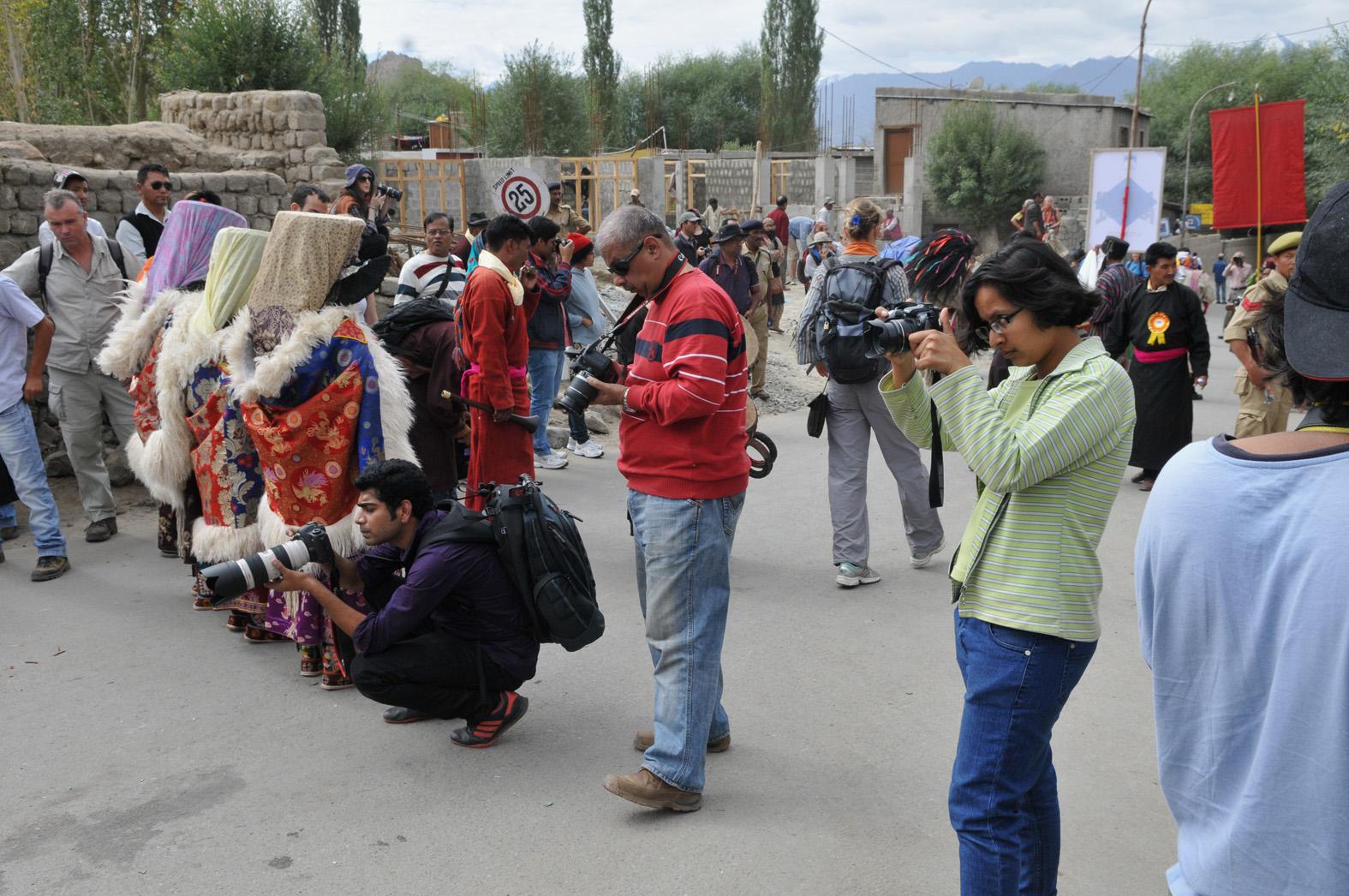 foto van fotografen aan het werk tijdens het festival van Leh
