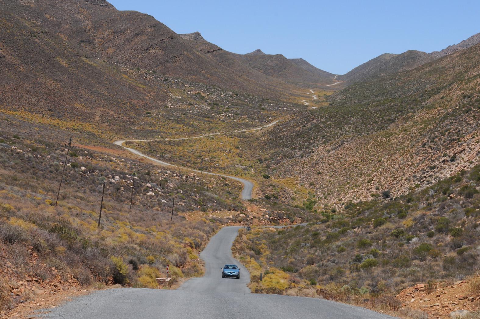 foto: Tom van der Leij van landschap Zuid-Afrika met weg erdoorheen en auto erop