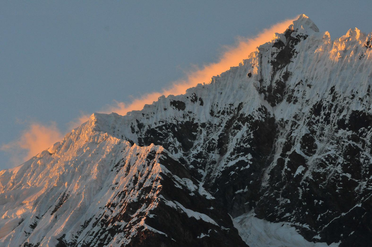 foto van Salkantaygebergte met opkomende zon