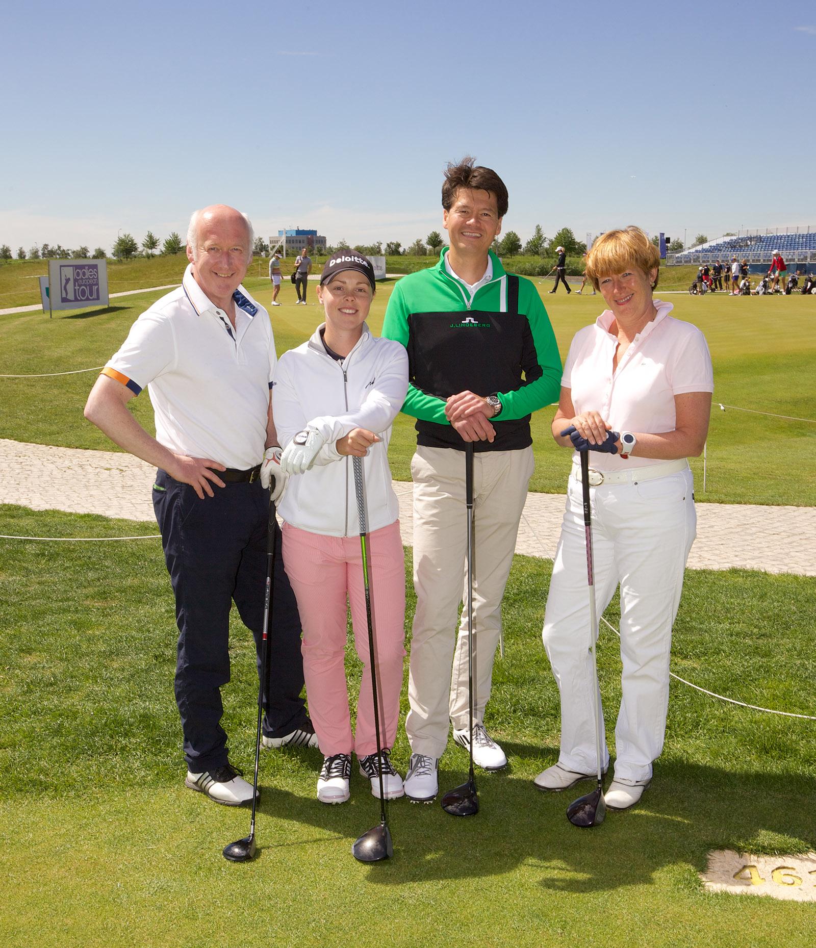 foto van vier golfers op golfbaan in de zon