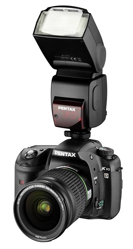 foto van een Pentax camera met flitser erbovenop