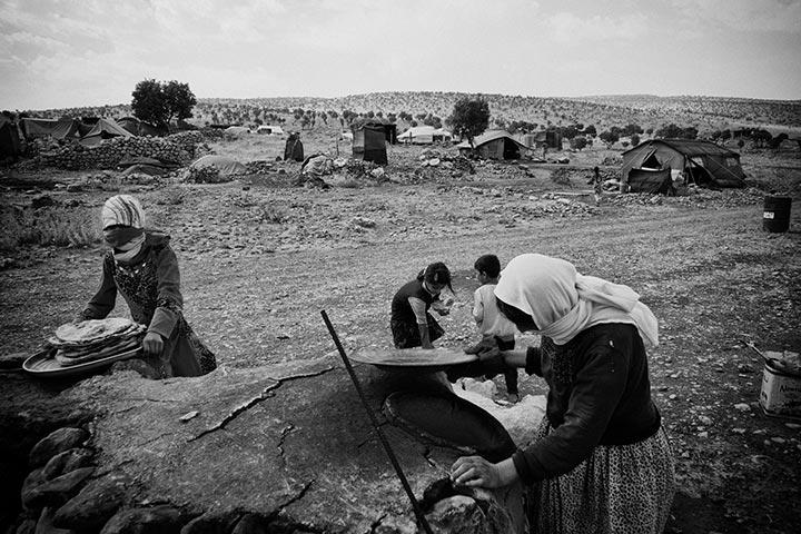 foto: Winnaar Zilveren Camera 2015: Eddy van Wessel | vrouwen in Sinjar op het land met tenten op achtergrond, de strijd om Hoofdweg 47