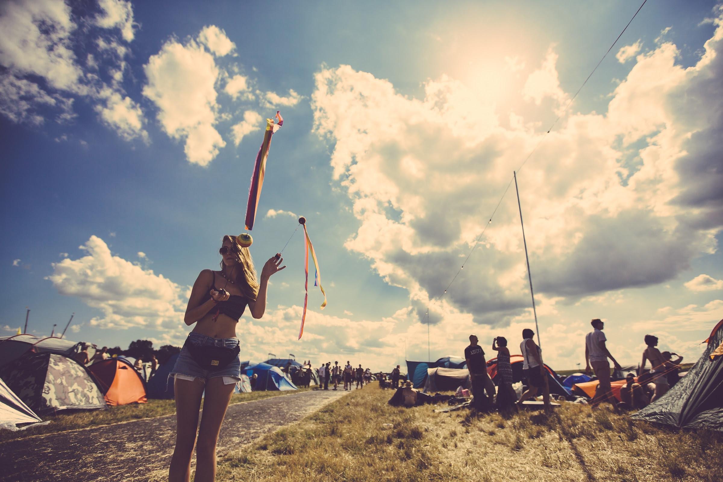 foto: © Paul Underhill van meisje met korte broek op terrein festival