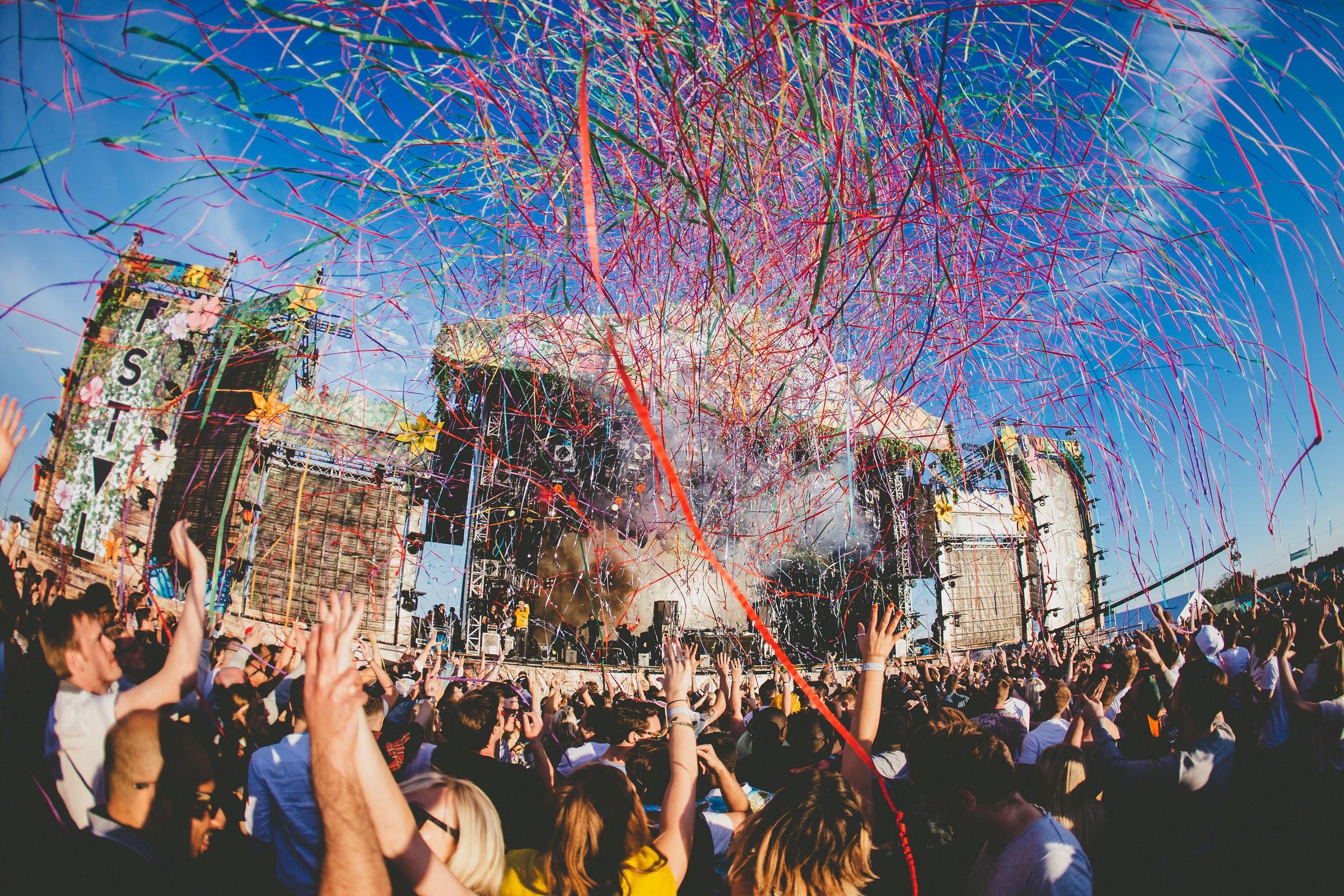 foto: © Paul Underhill van podium op festival met publiek ervoor met confetti in lucht