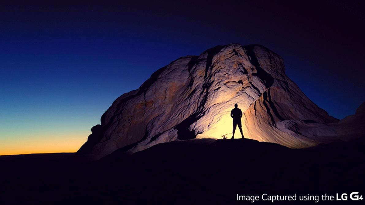 foto van man in rots met licht van lantaarn in nacht