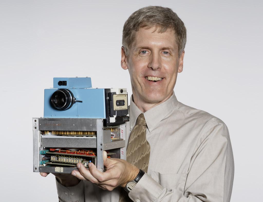 foto van Steve Sasson met zijn digitale camera