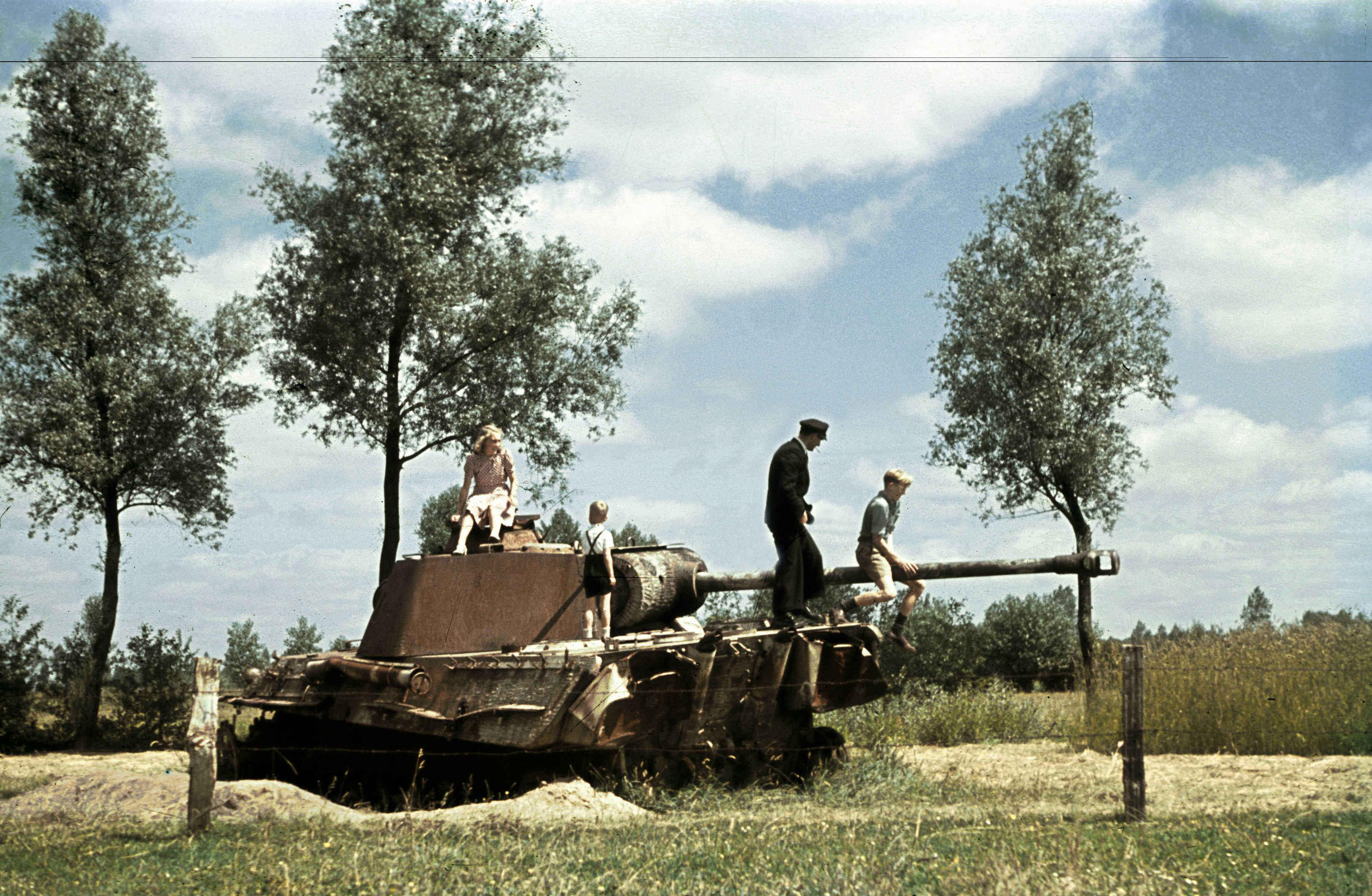 foto: Alphons Hustinx | Bevrijding Puiflijk Gelderland - gestrande tank