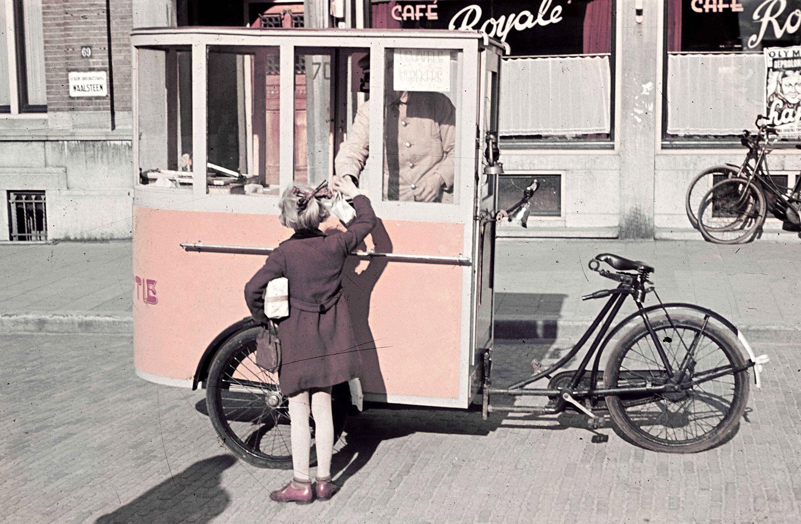 foto: Alphons Hustinx | Nijmegen 1941, ijskar met fiets op straat met kind erbij voor cafe Royale