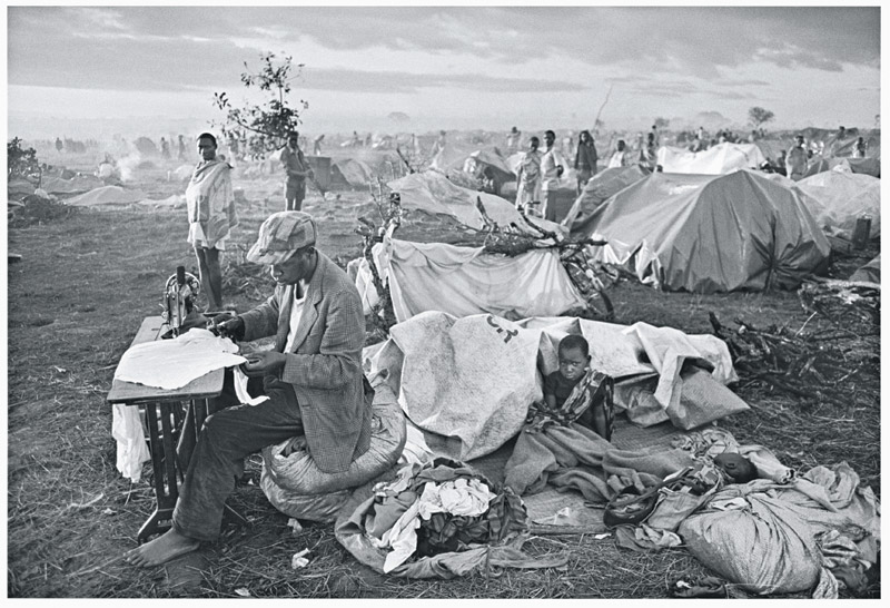 foto: Sebastião SALGADO / Amazonas images - During the genocide, in less than 3 days over 100,000 Rwandan refugees arrived and formed the camp of Benako. Tanzania, 1994.