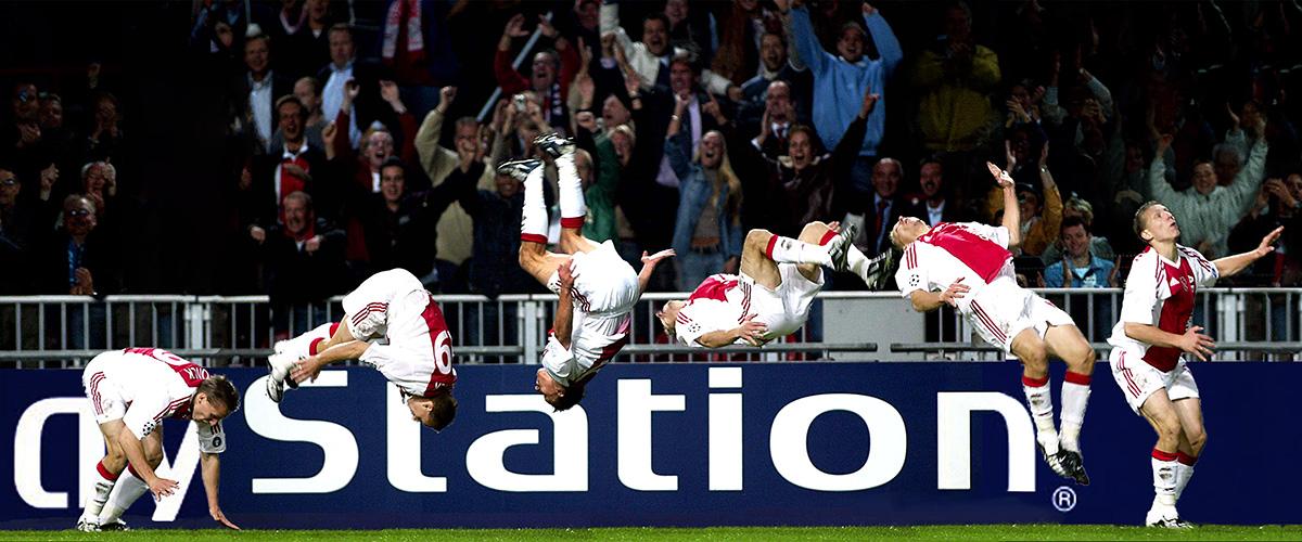 foto: © Stanley Gontha van voetballers in de lucht springend