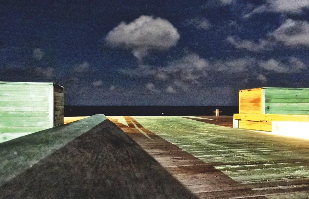 vage foto van een grote steiger bij de zee