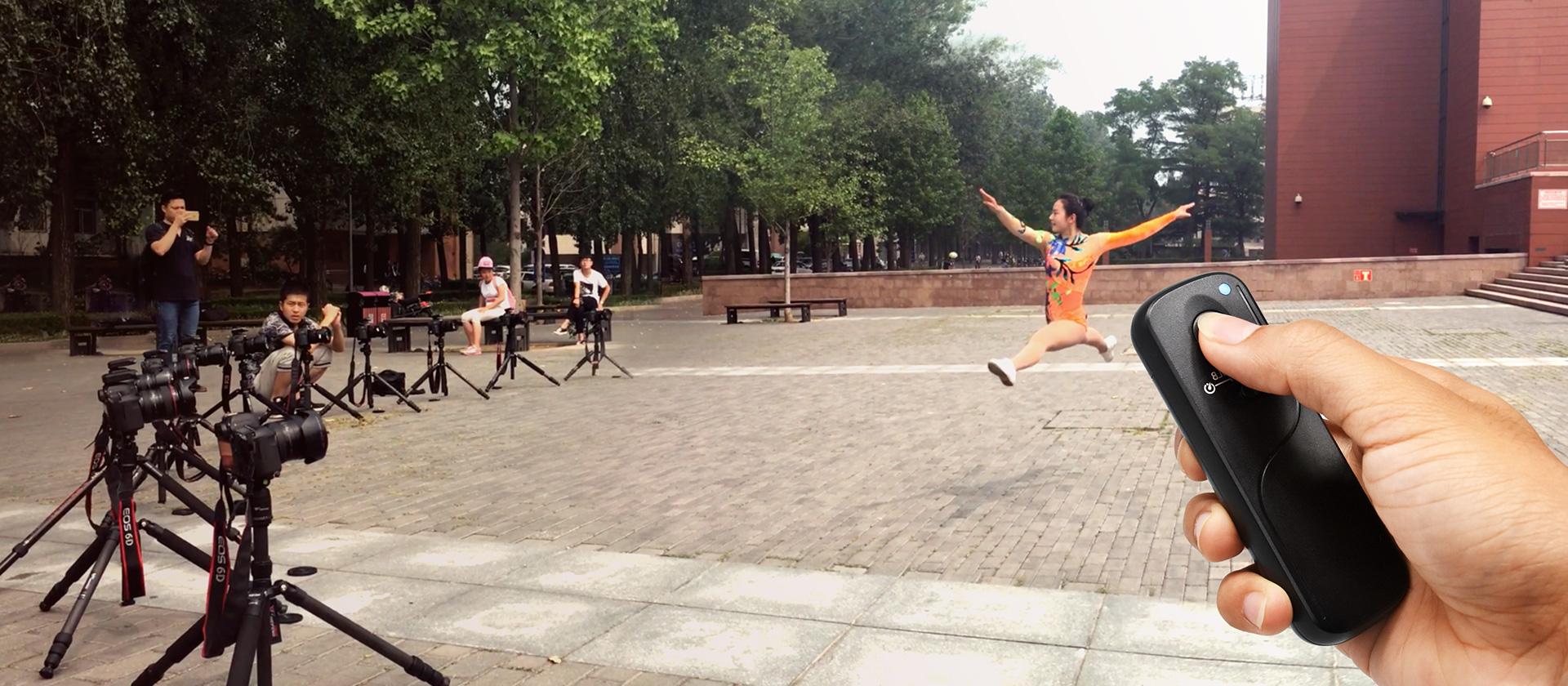 CamBuddy Pro set met camera's en afstandsbediening in beeld om springende danseres vast te leggen op een plein