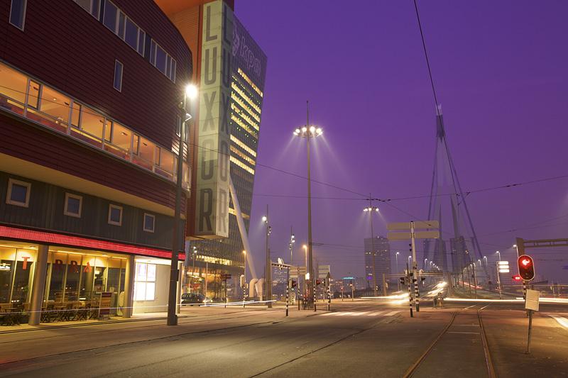foto: Alex de Smit | Opname op 26 januari 2010, rond 07:35 uur, van het Luxor Theater en Erasmusbrug te Rotterdam
