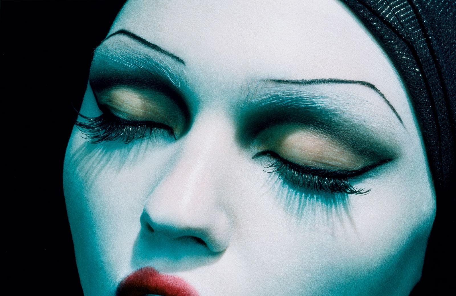 foto van gezicht vrouw met ogen dicht erg close, L'Ange Noir van Miles Aldridge
