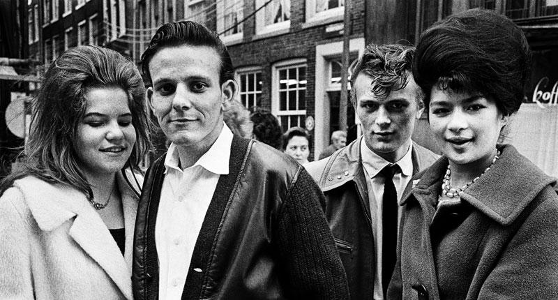 foto van Ed van der Elsken van twee paartjes in Amsterdam in de jaren 60