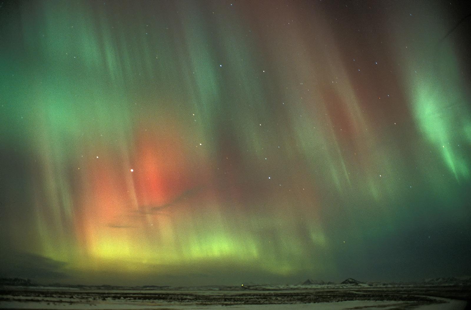 foto: Jan Duker | Noorderlicht op IJsland rond middernacht. 24MM, diafragma F2.8, sluitertijd 40 seconden, ISO 200, statief (Analoge opname)