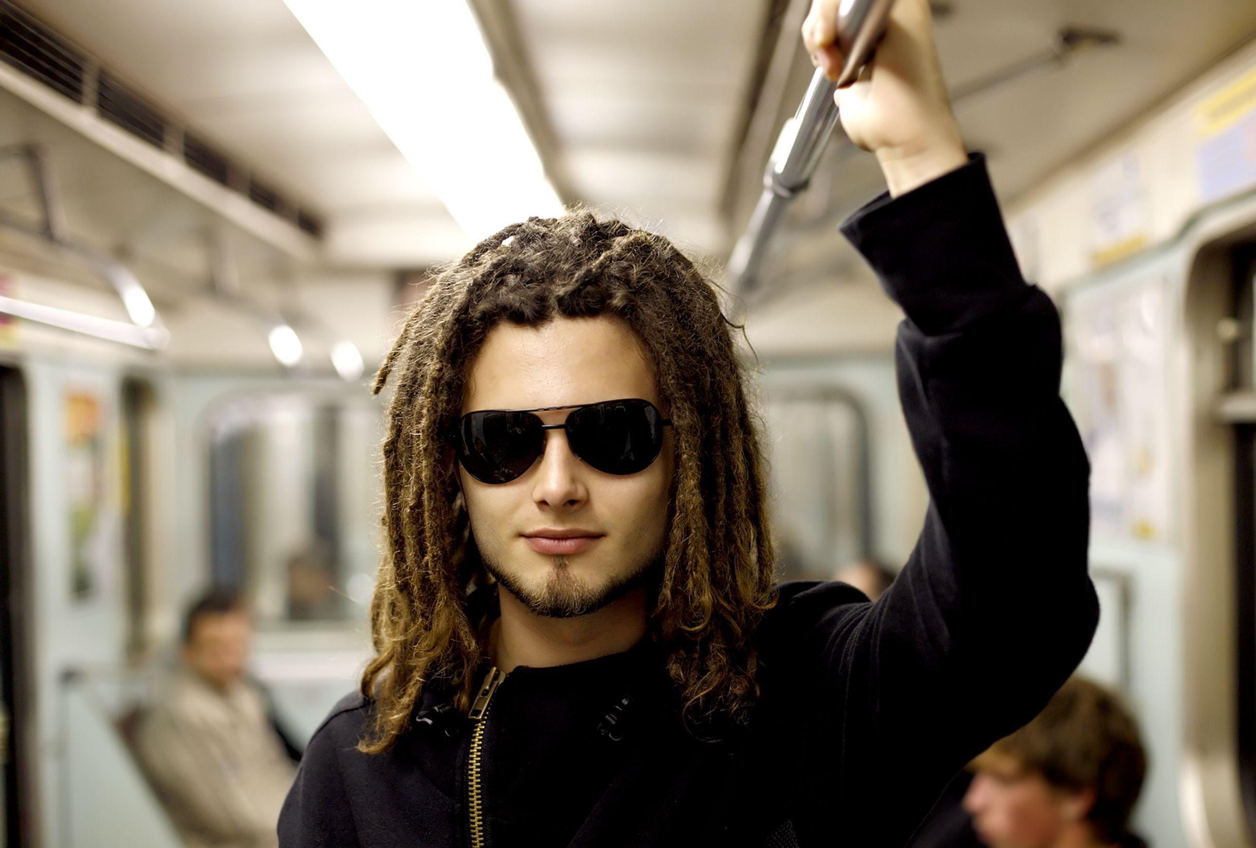 man met zonnebril in metro