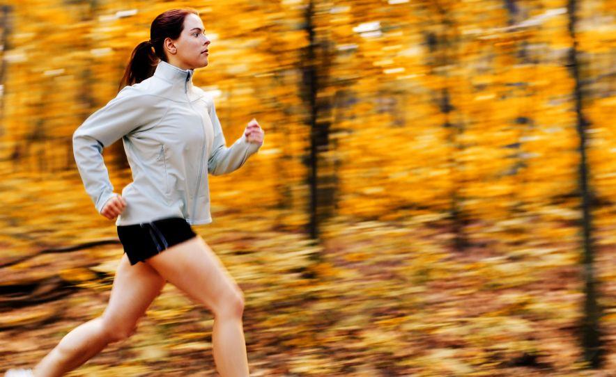 foto: © Christopher Nuzzaco, vrouw rennend in bos