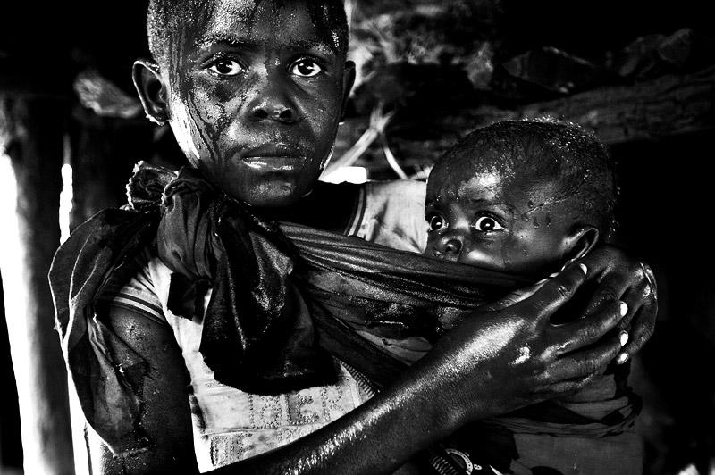 zwartwit foto van Pim Ras van moeder met kind in Congo