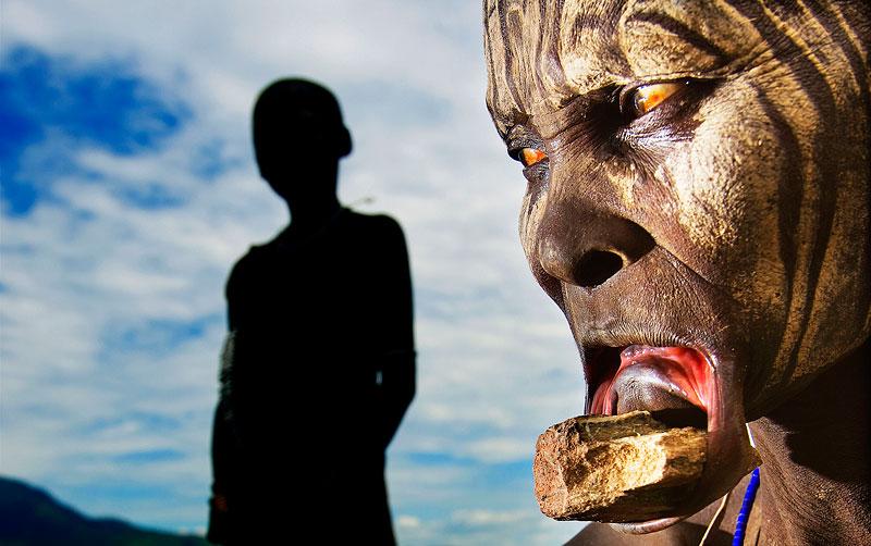 foto van Pim Ras van vrouw die deel uitmaakt van de Mursi-stam in Ethiopië met lipplaat in onderlip
