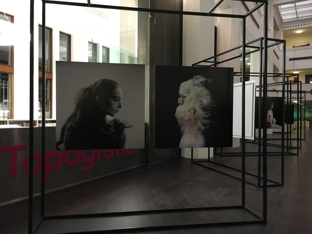 foto van een tentoonstelling van foto's in een gebouw