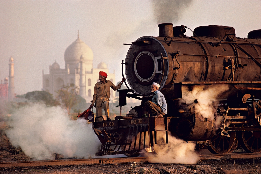 ‍foto: © Steve McCurry / Magnum Photos.Taj and train, Agra, India, 1983