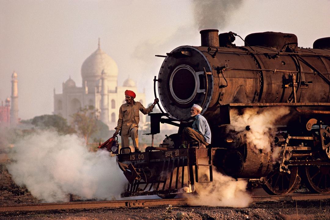 foto: © Steve McCurry / Magnum Photos.Taj and train, Agra, India, 1983