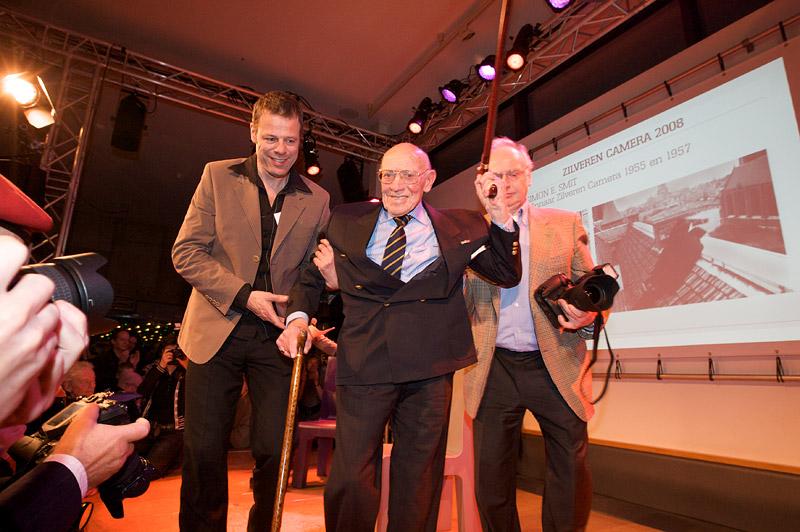 foto: Alex de Smit | De 95-jarige Simon E. Smit (de oudste nog levende winnaar van de Zilveren Camera) verlaat het podium.