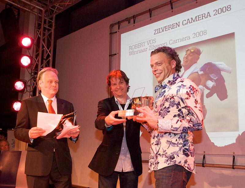 foto: Alex de Smit | Martijn Beekman, winnaar Zilveren Camera 2007, overhandigt de prijs aan Robert Vos