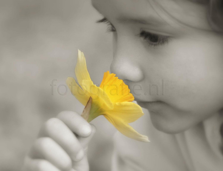 zwartwit foto meisje close up met gele bloemen watermerk eroverheen