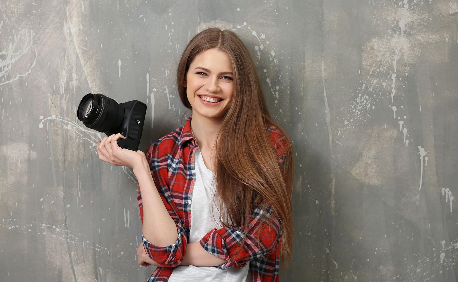vrolijk meisje met camera