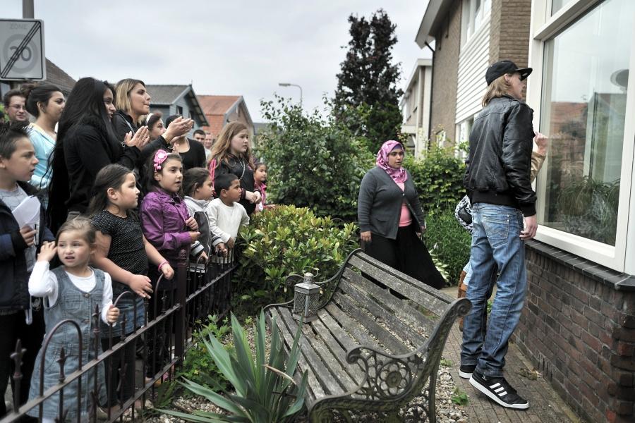 Buren willen dat penningmeester van pedofielenvereniging Martijn uit hun buurt in Hengelo vertrekt. Ze lijken het recht in eigen hand te willen nemen.