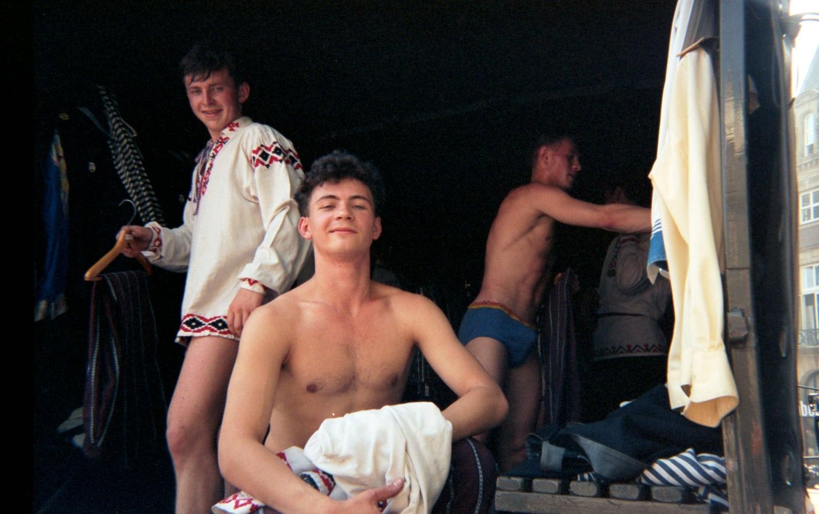 foto van Willy Jolly van drie matrozen die aan het omkleden zijn in een bus