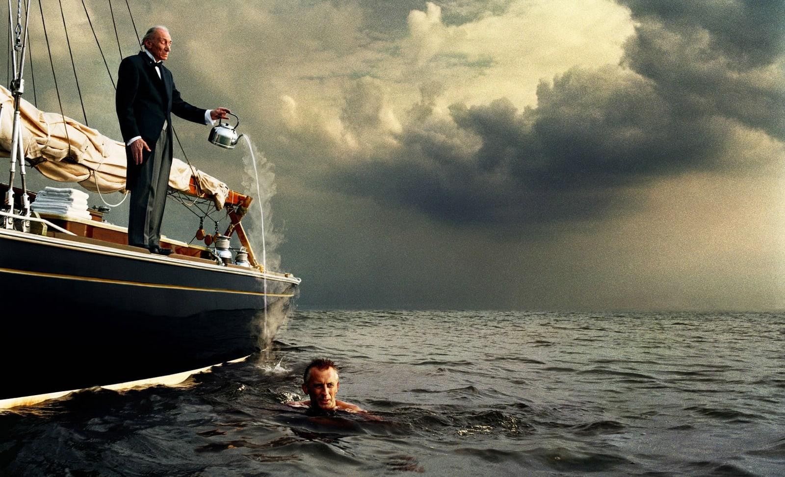 De favoriete foto van reclamefotograaf Boudewijn Smit op Fotografie.nl - Butler op boot giet kokend water in zee waar man zwemt