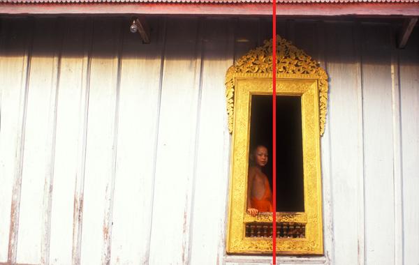 Jonge monnik in het raam (Laos)