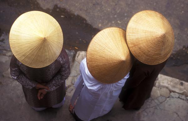 Vietnamese vrouwen, gefotografeerd vanaf een balkon.