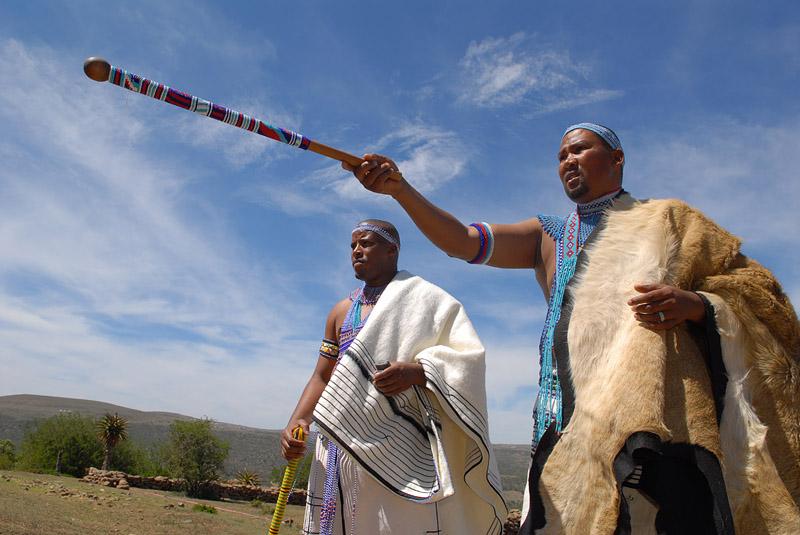 Zuid-Afrikanen met stokken en huiden door fotograaf Tm van der Leij