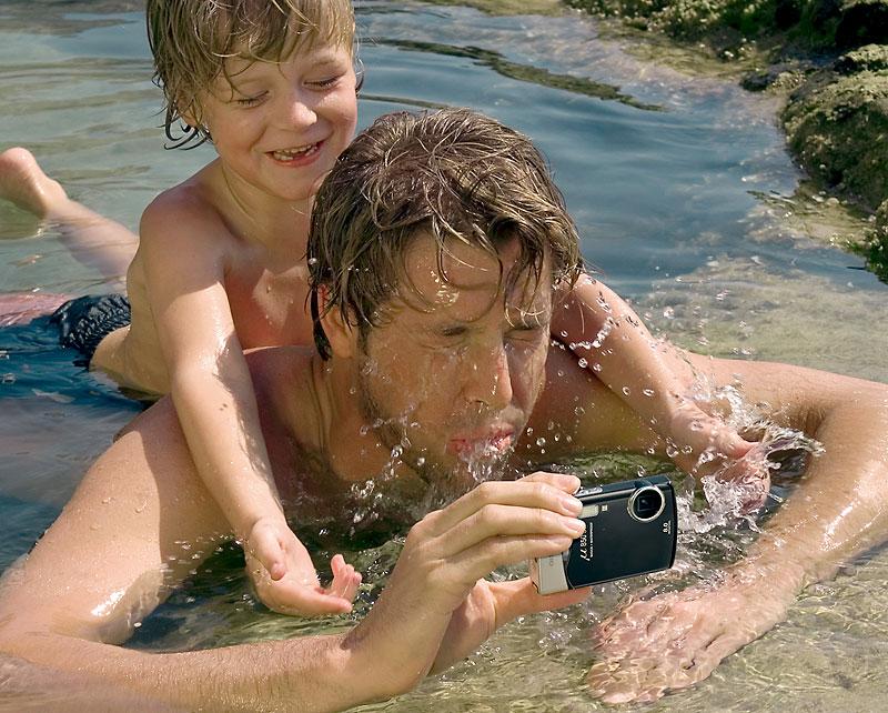 Olympus mju 850 sw met vader en kind in water