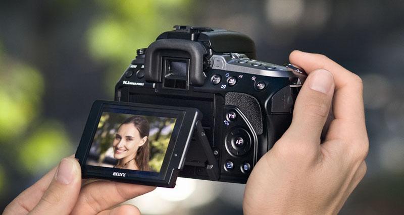 Zo houden alleen fotomodellen een camera vast (deze foto is van Sony).