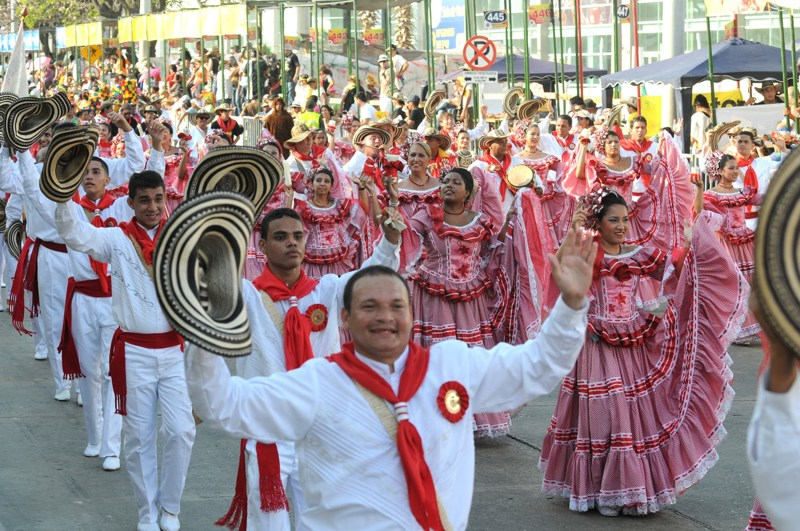 carnaval in Colombia door Tom van der Leij, optocht