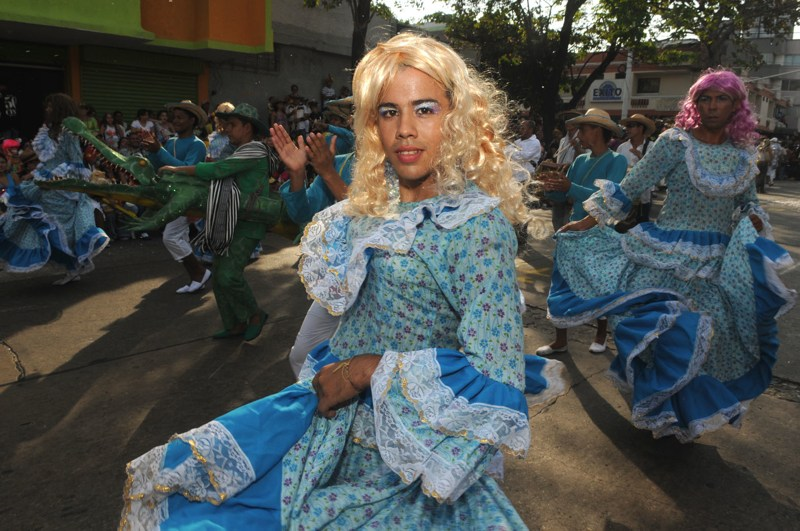 carnaval in Colombia door Tom van der Leij, travestieten